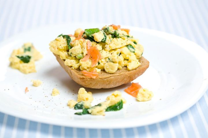 Яйца скрамбл с лососем и шпинатом