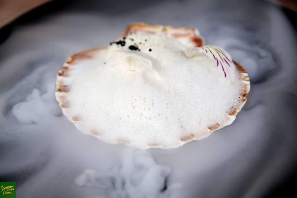 Мусс из белого шоколада с пеной из корочки пармезана