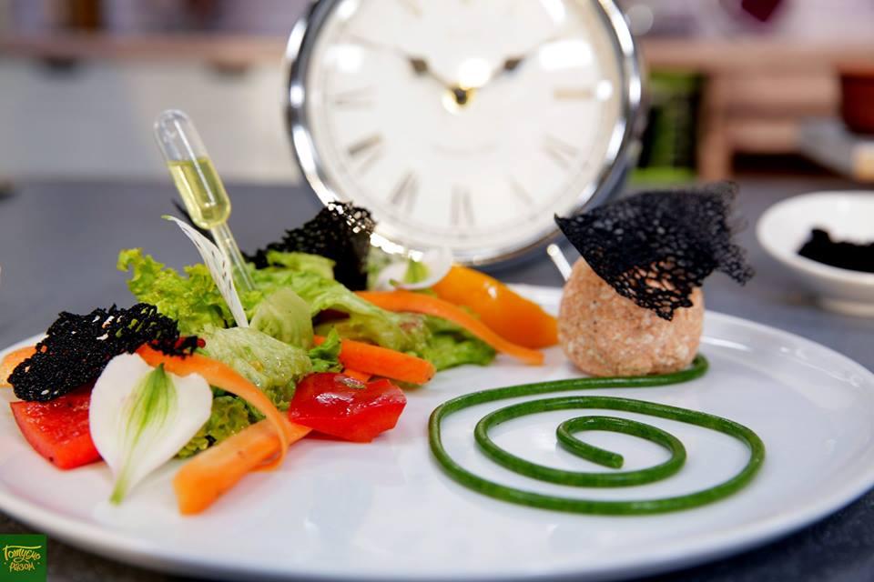 Овощной салат со спагетти из рукколы