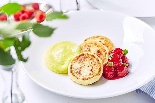 Сырники с лимонным кремом и ягодами