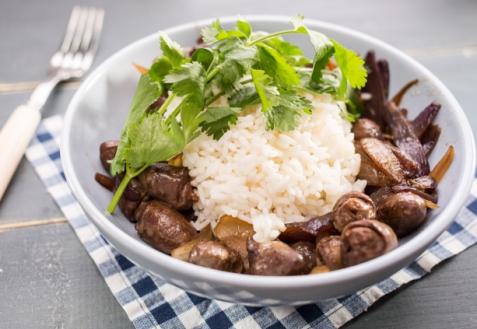 Куриные сердечки с луком и рисом