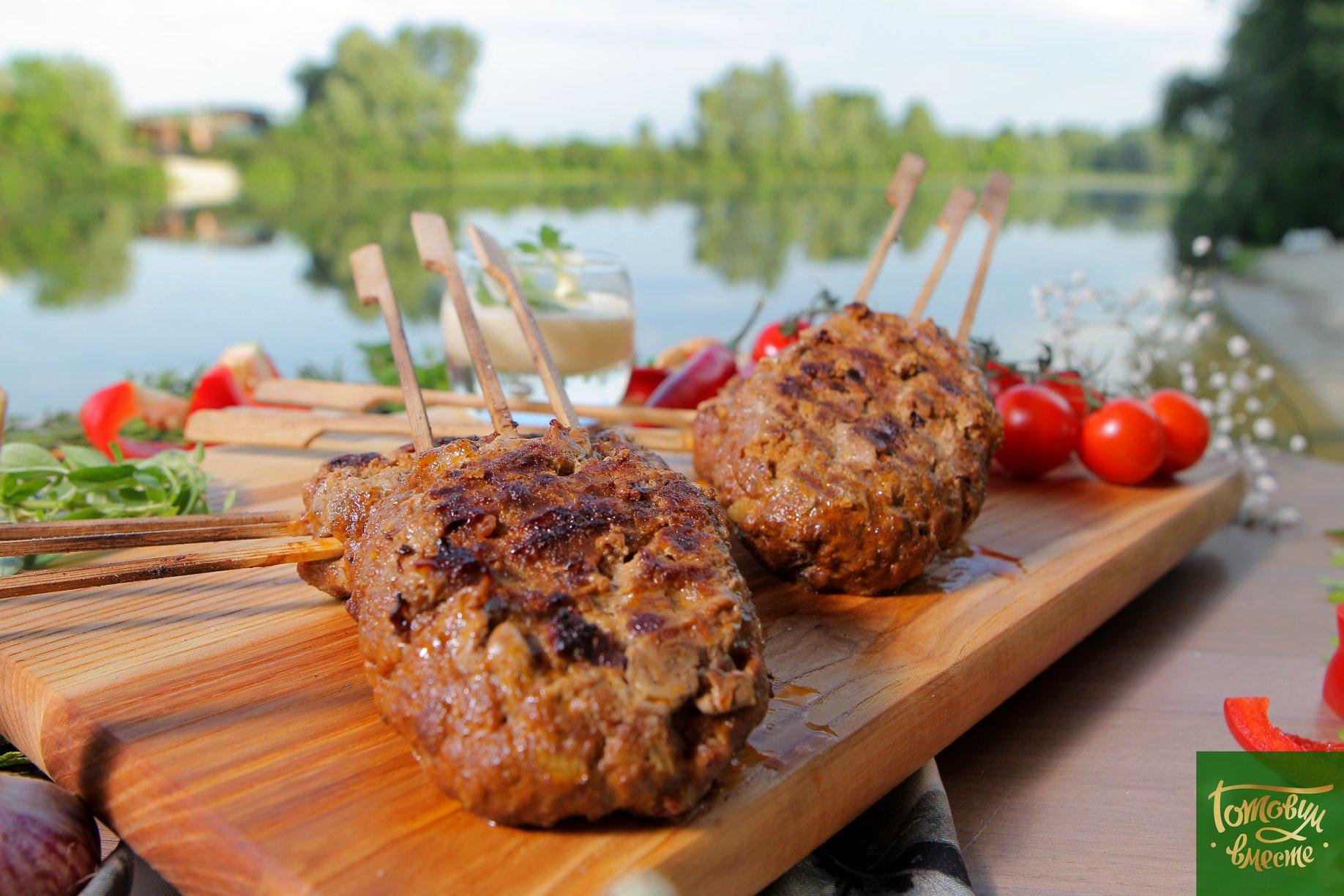 Рубленная говядина на шпажках с белым соусом для BBQ