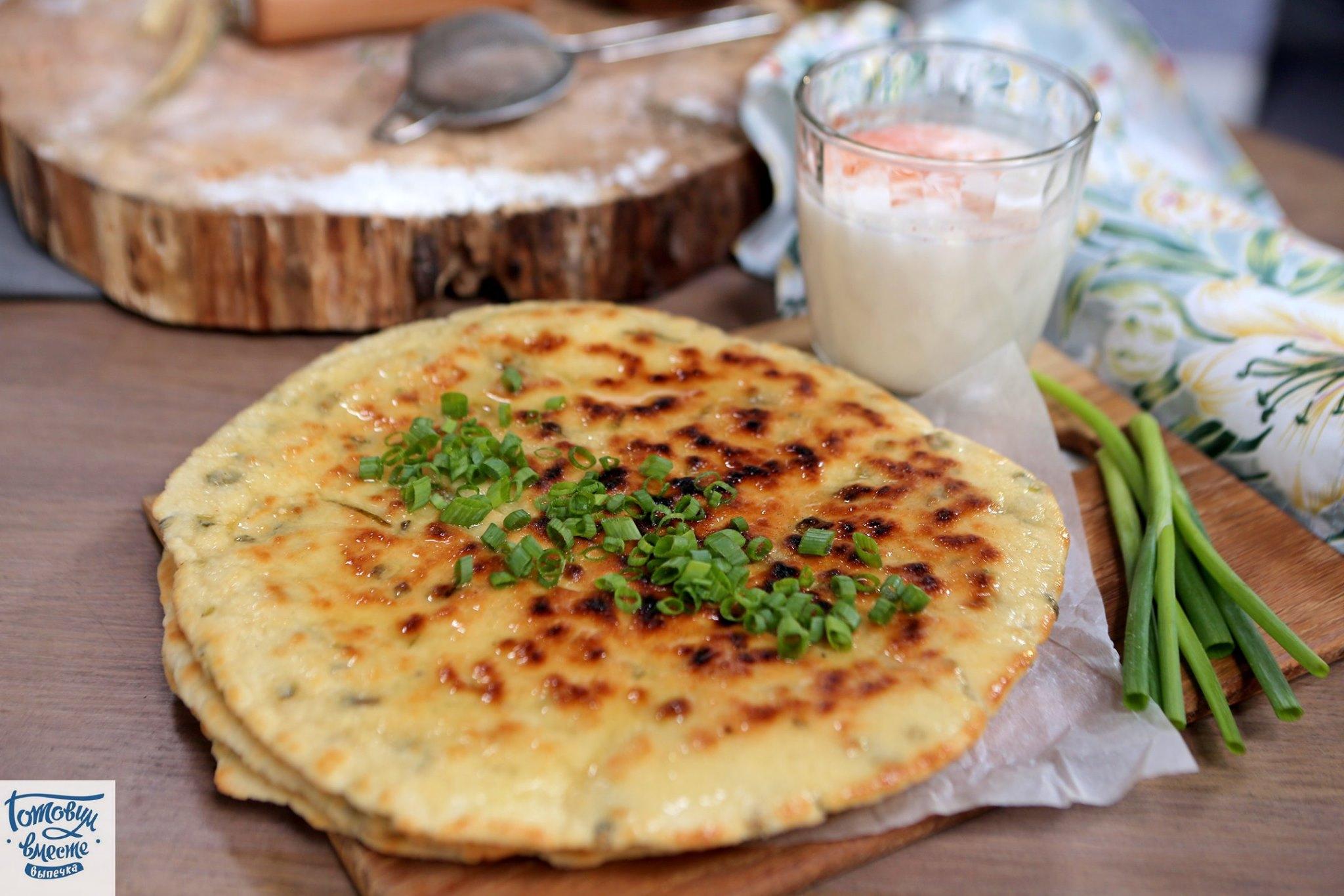 Индийские нааны с зеленым луком