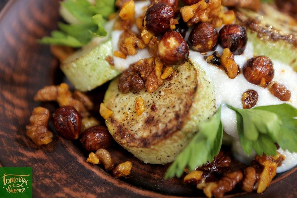 Салат из жареных кабачков с пряными орехами и соусом Ахобланко