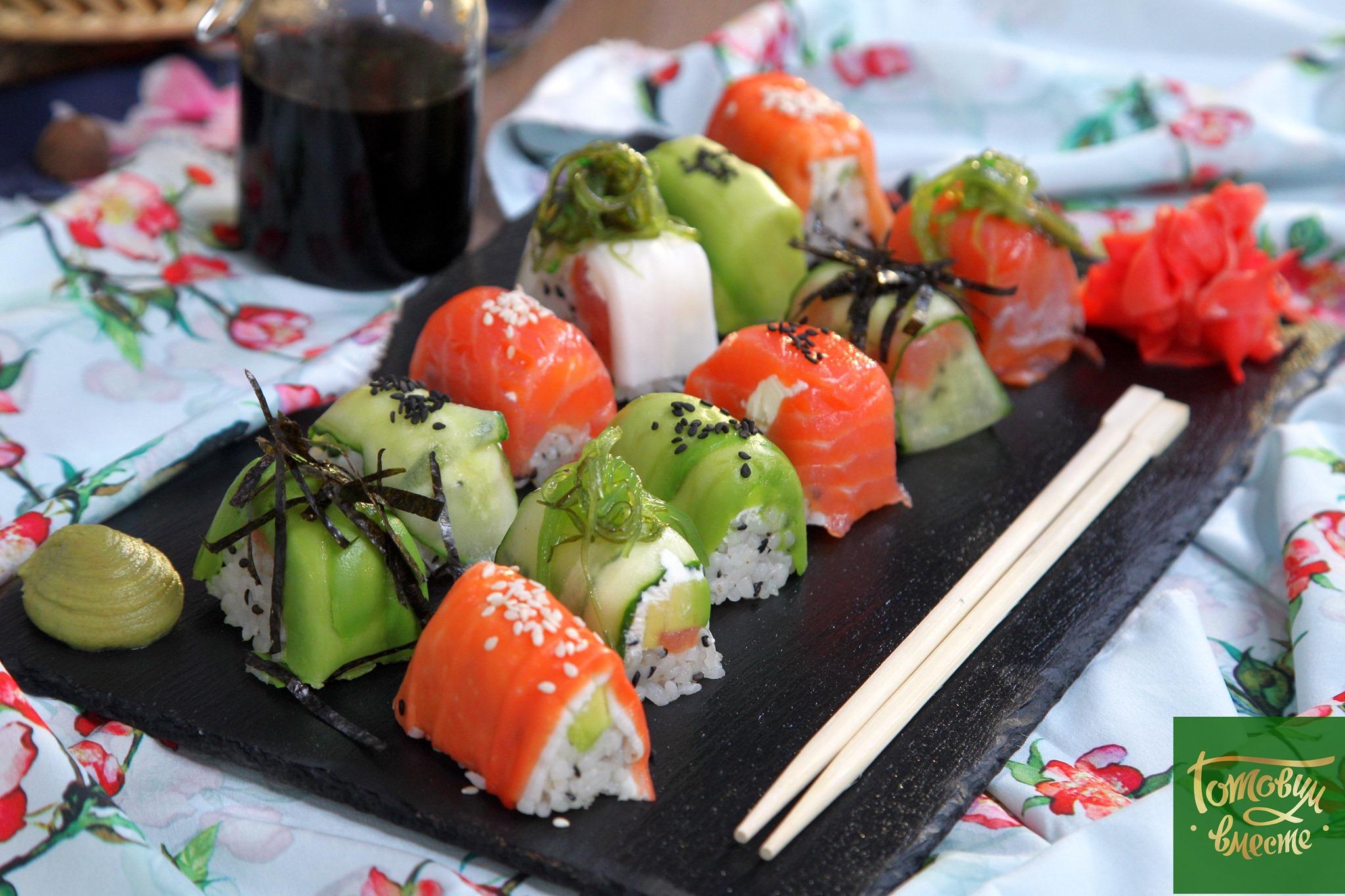 Суши с семгой и крабовыми палочками