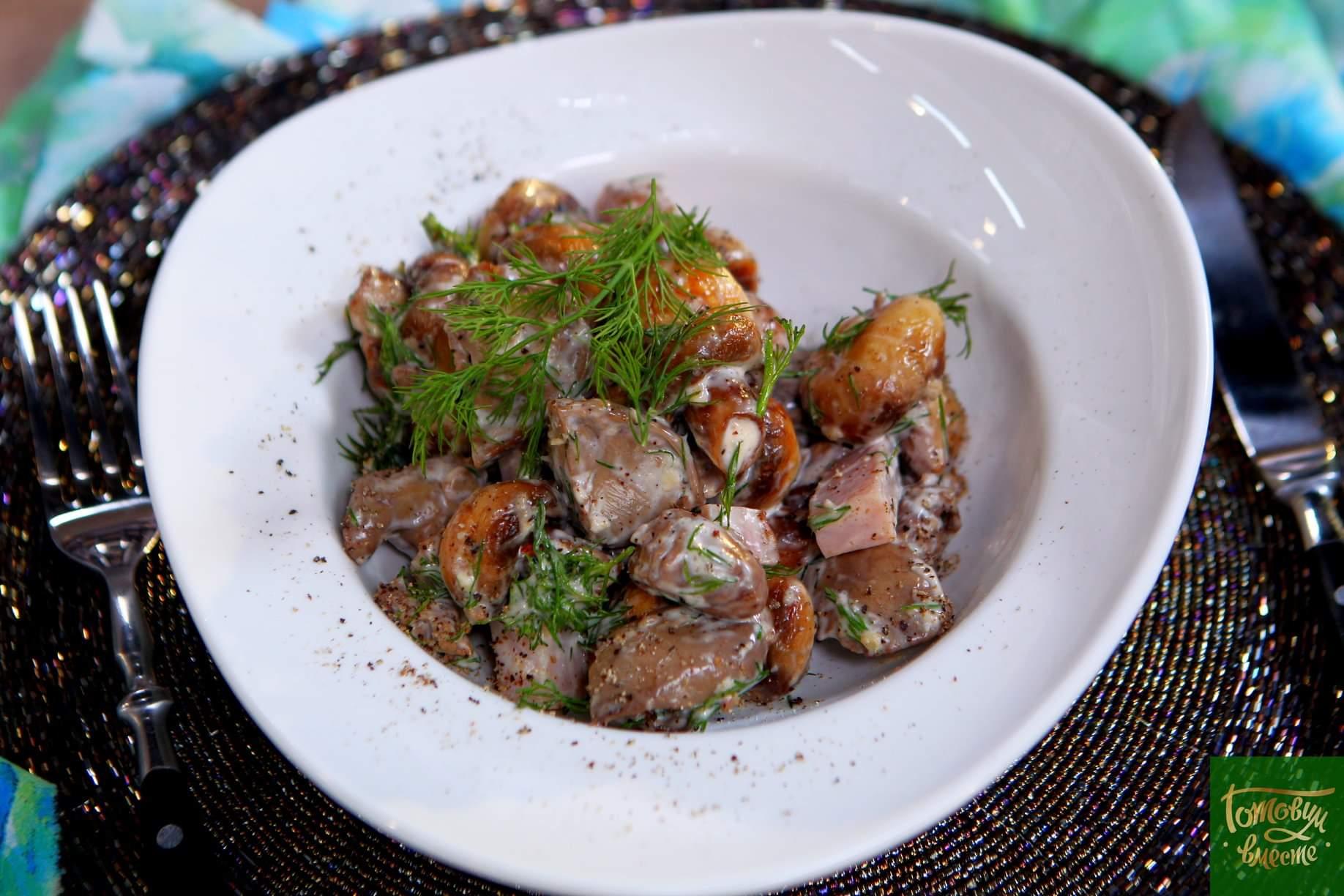 Салат из куриных субпродуктов с копченой и сыровяленой свининой
