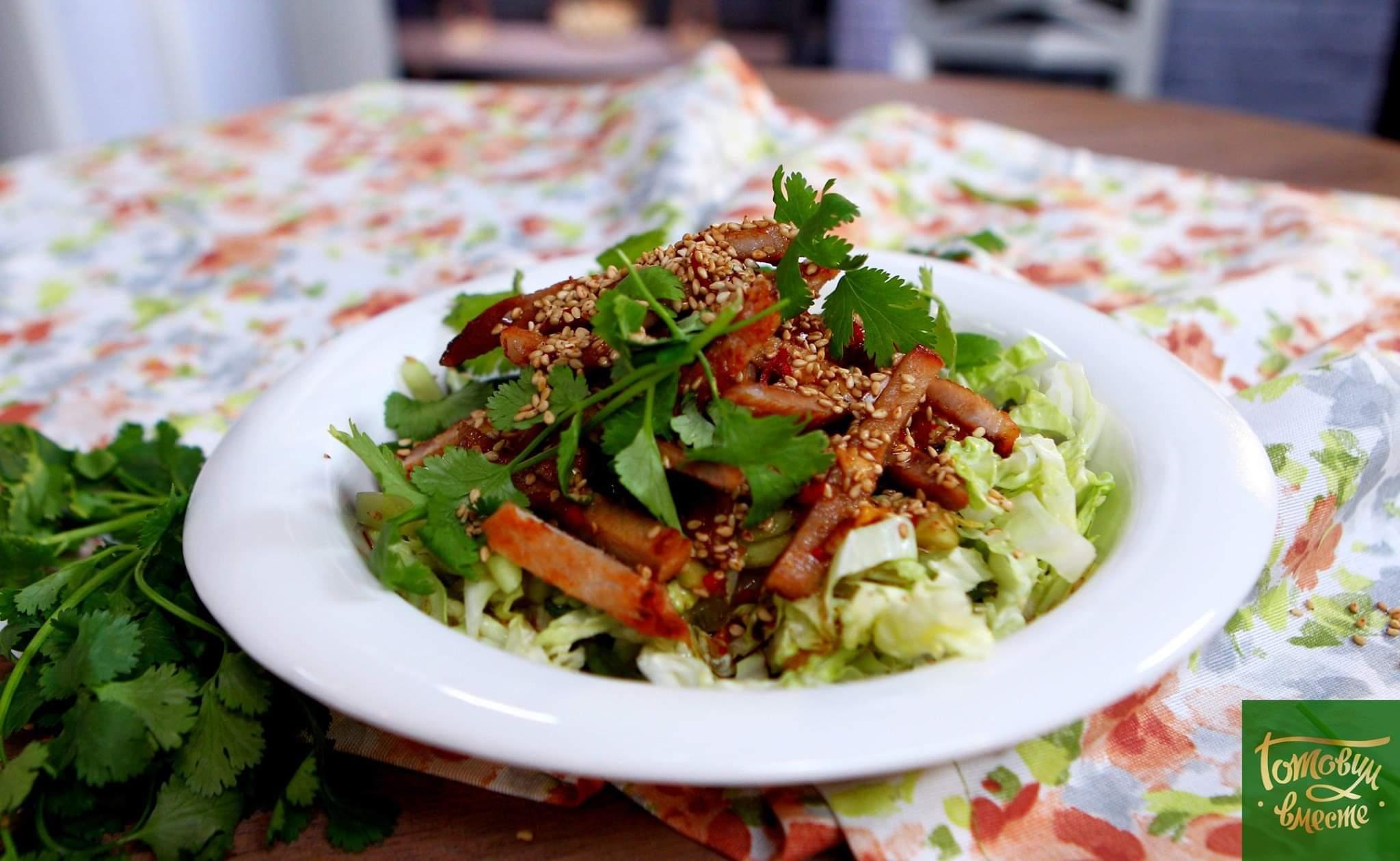 Салат из пекинской капусты со свиным битком