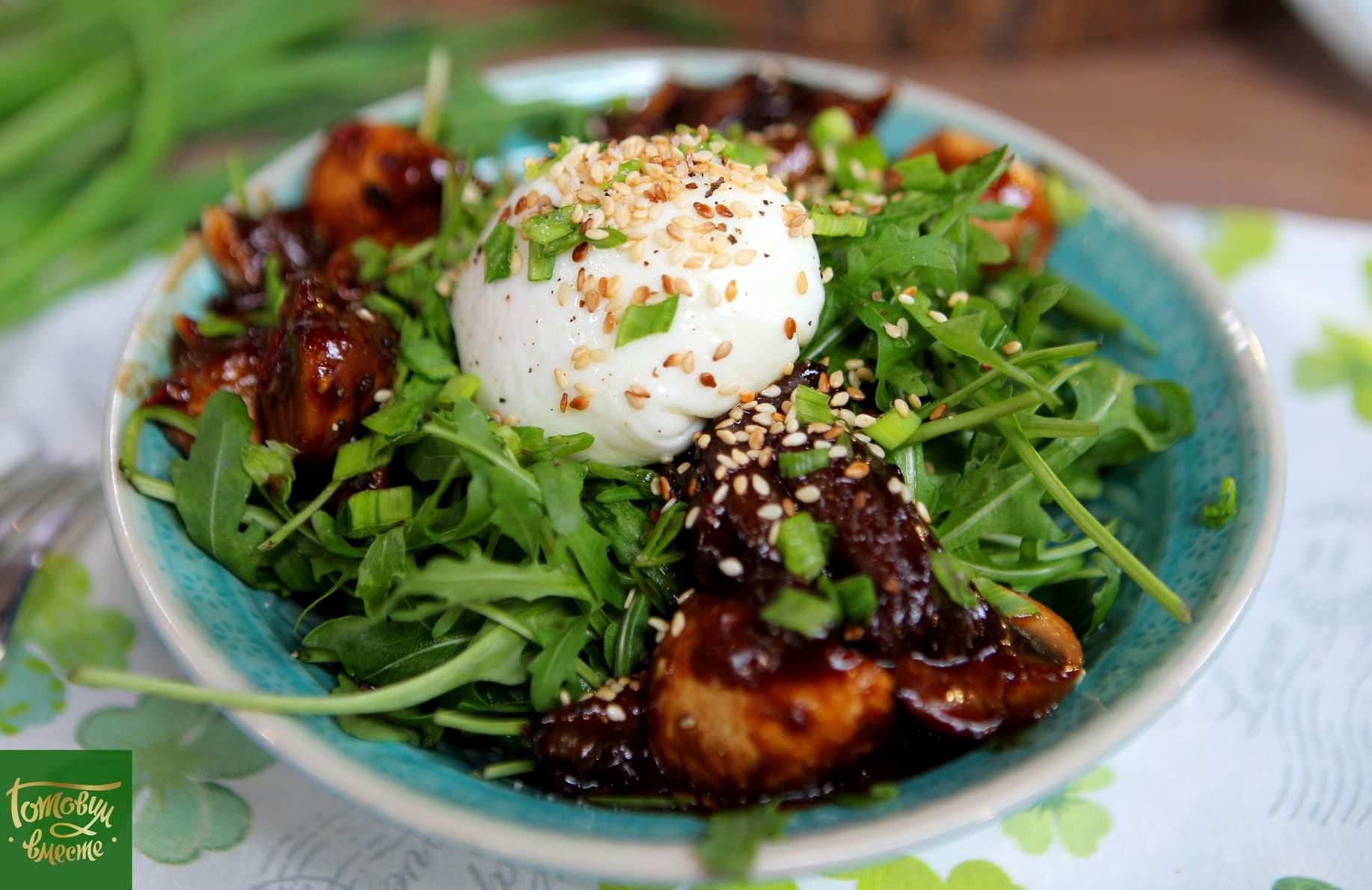 Теплый салат из грибов ассорти с яйцом пашот