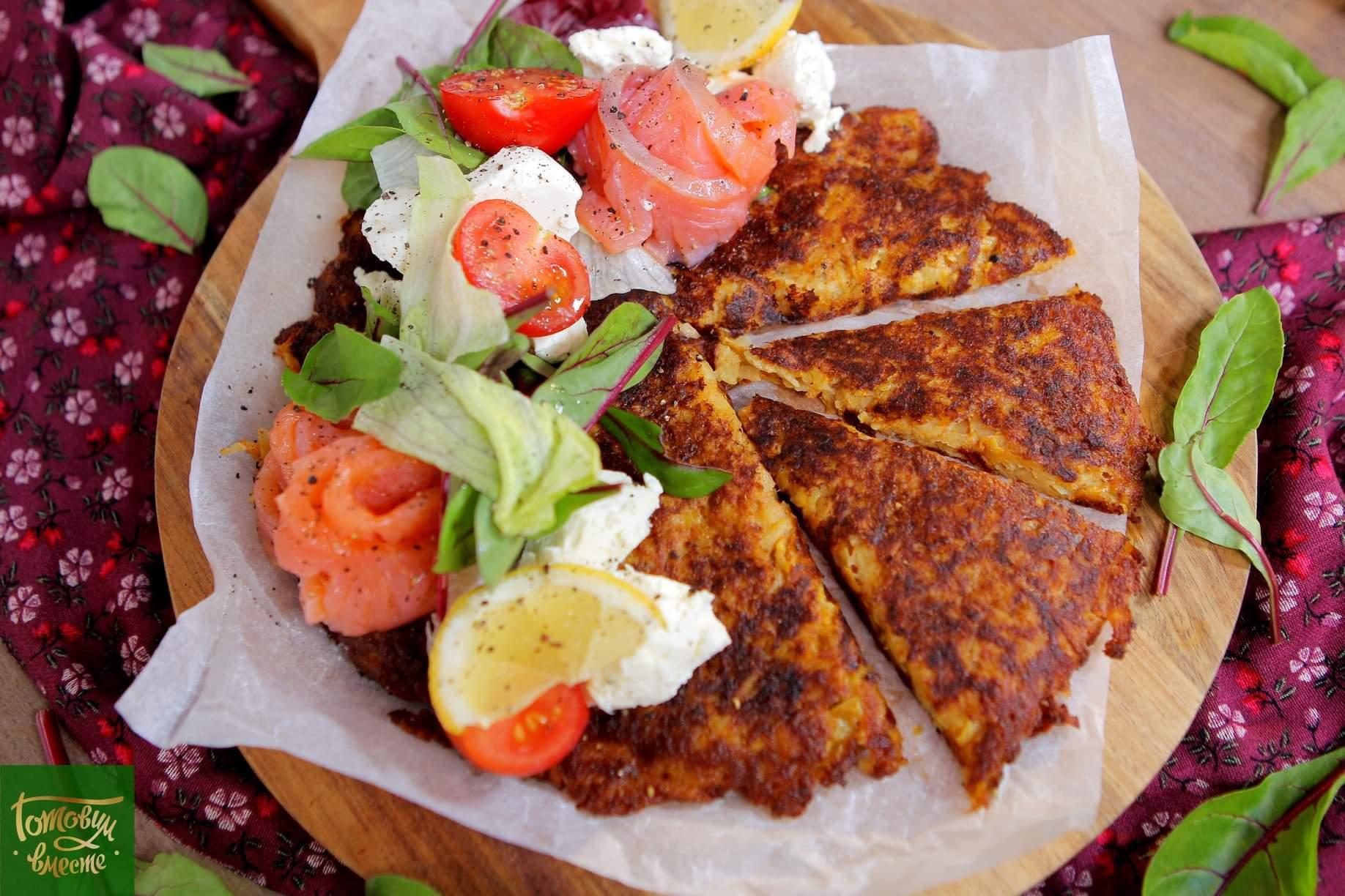 Картофельный омлет с форелью и крем-сыром