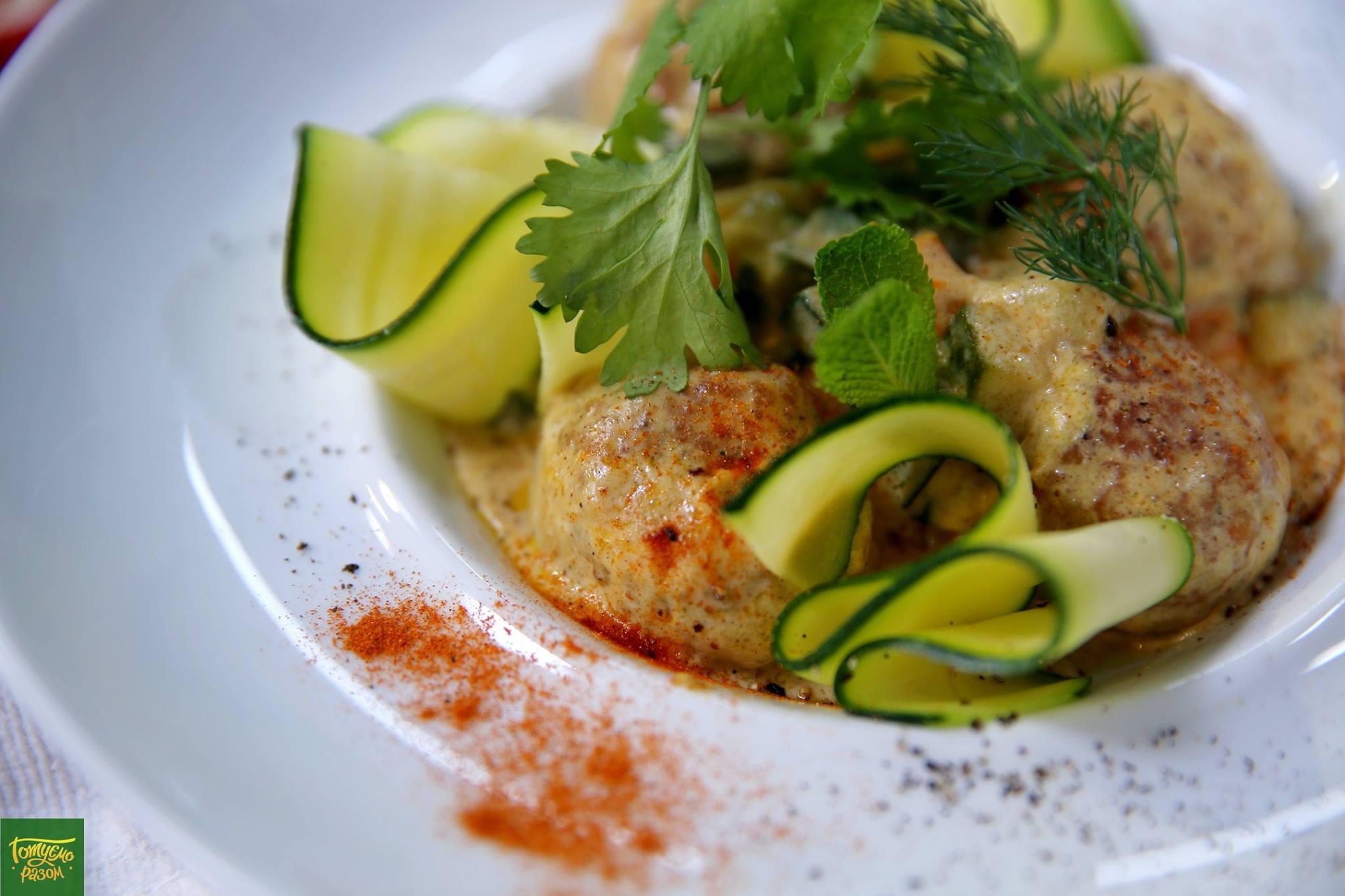 Цукини с рыбными тефтелями в сливочном соусе карри