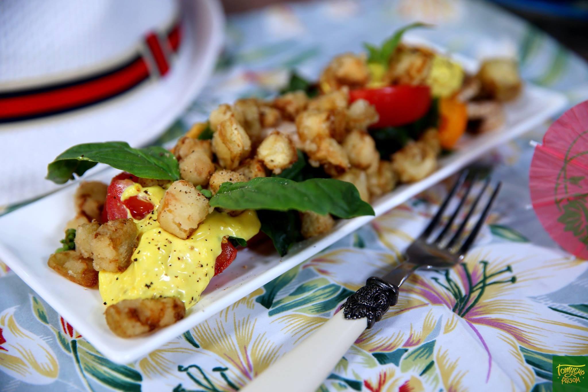Тёплый салат с хрустящим баклажаном