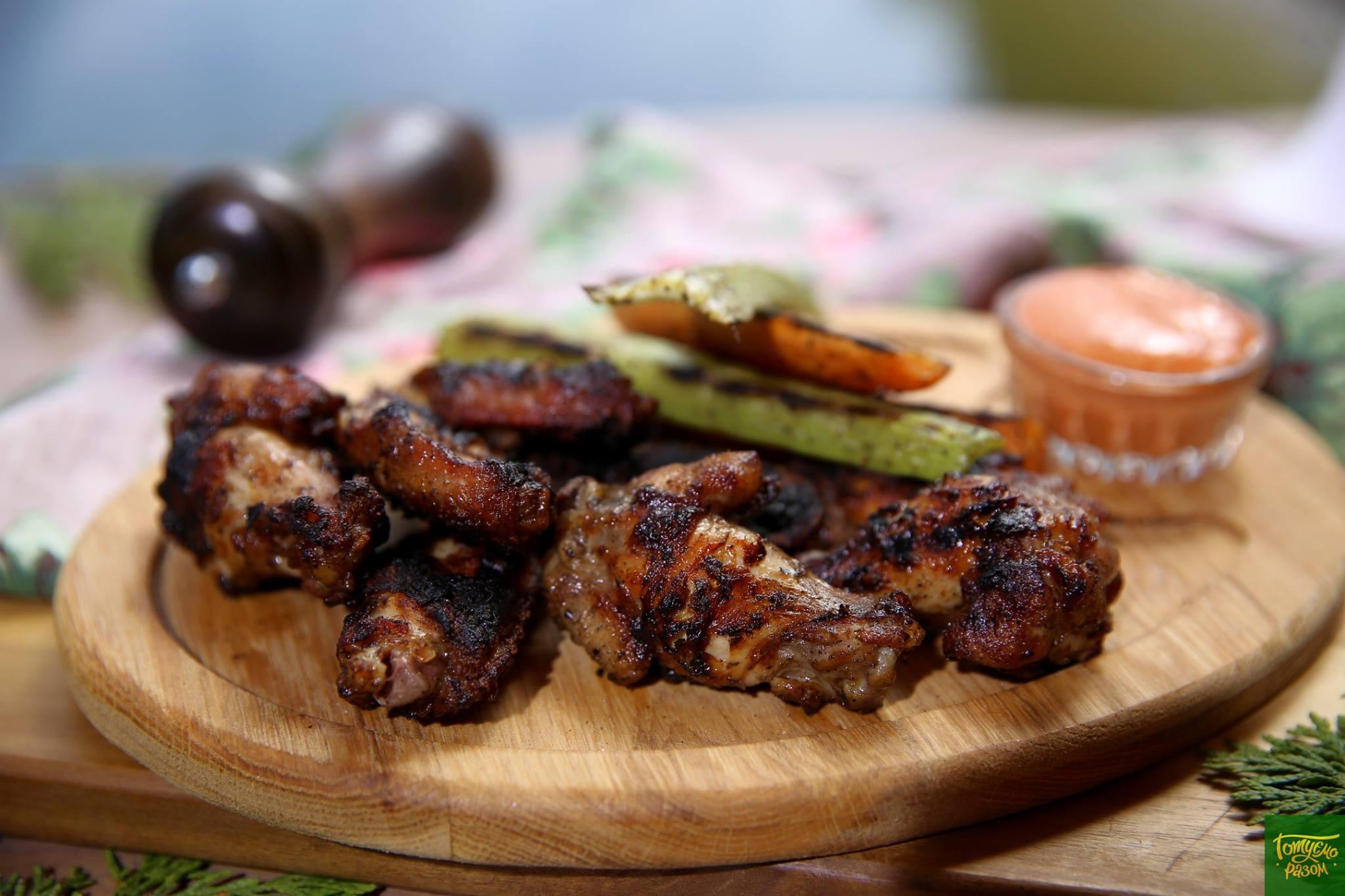 Куриные крылышки гриль с овощами