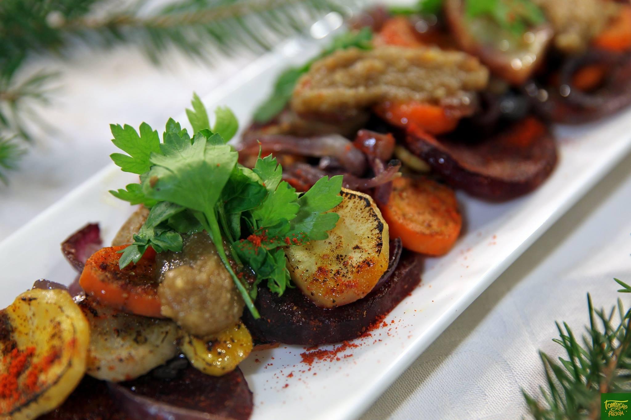 Теплый салат из корнеплодов с ореховым соусом