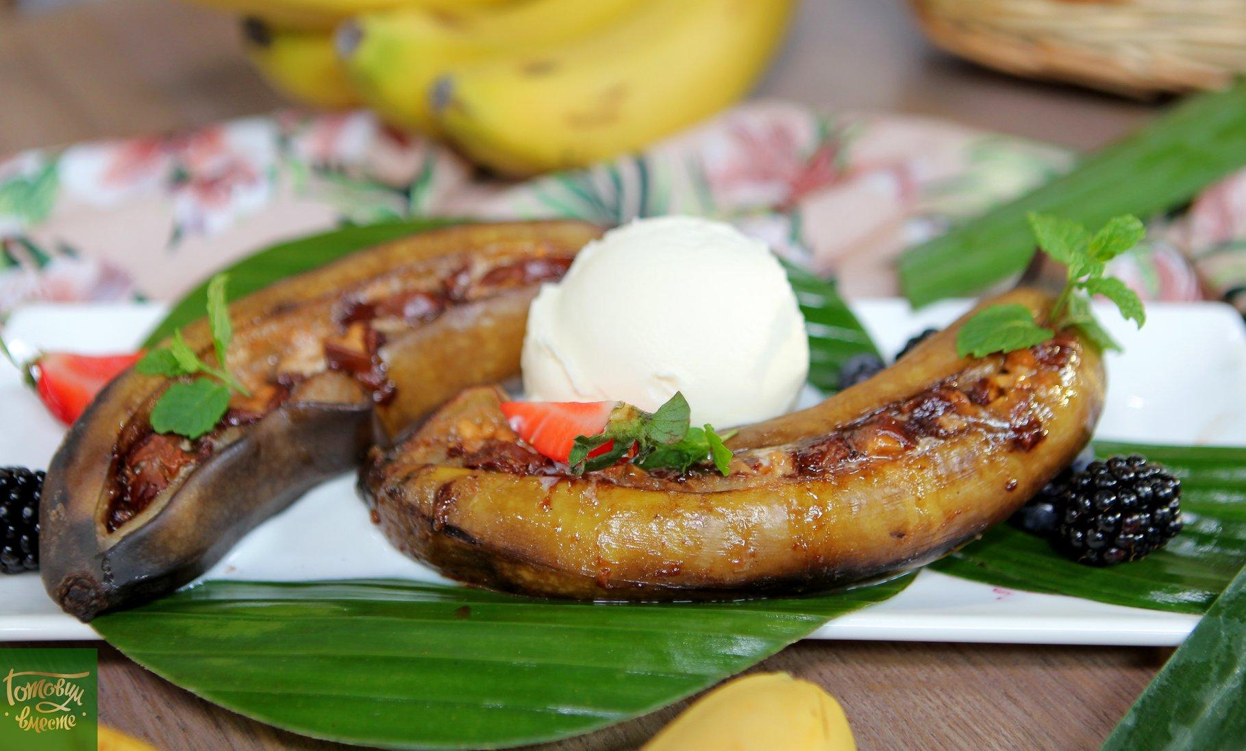 Бананы запеченные с шоколадно-ореховым батончиком