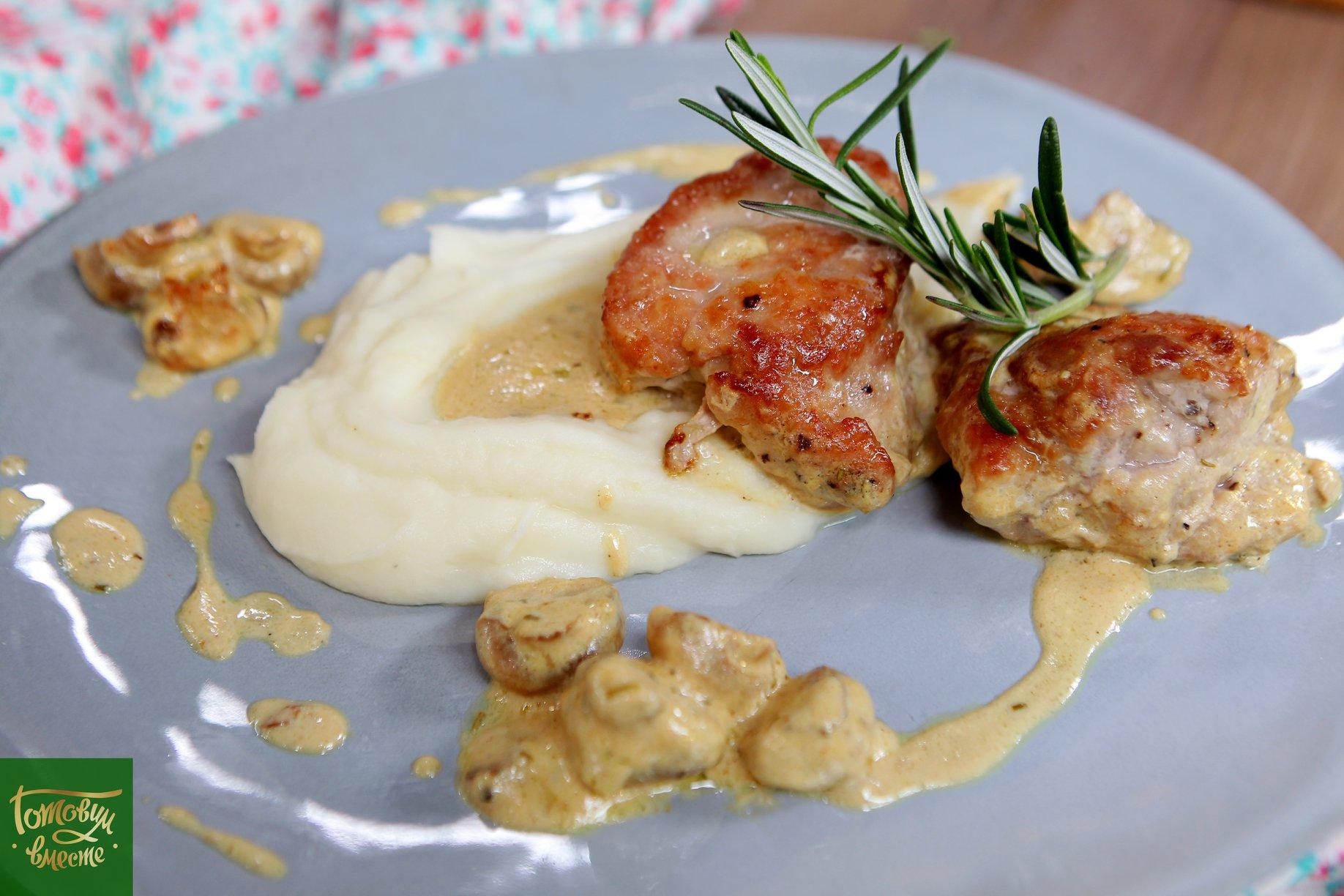 Свиная вырезка тушенная в сливочном соусе с грибами