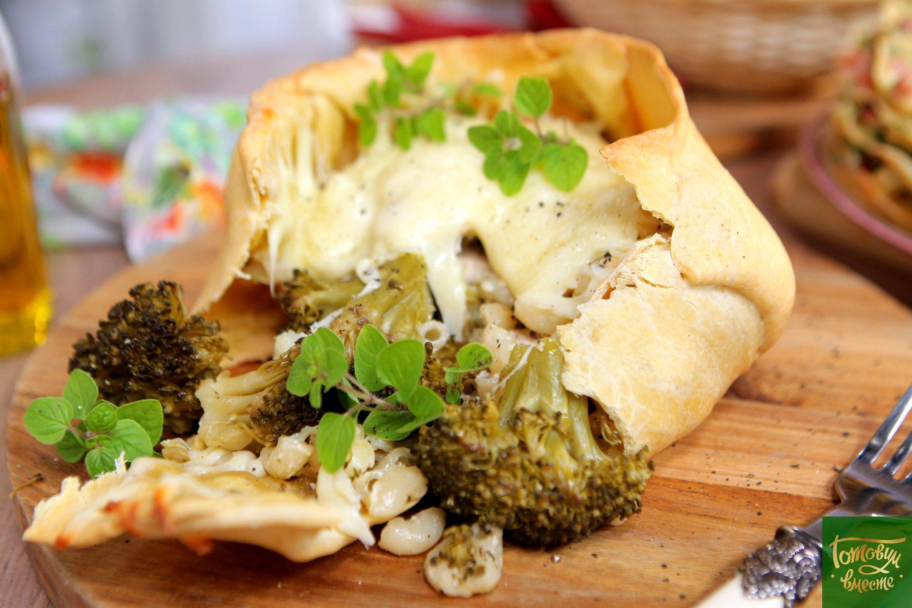 Капуста брокколи запеченная в тесте с макаронами и индейкой