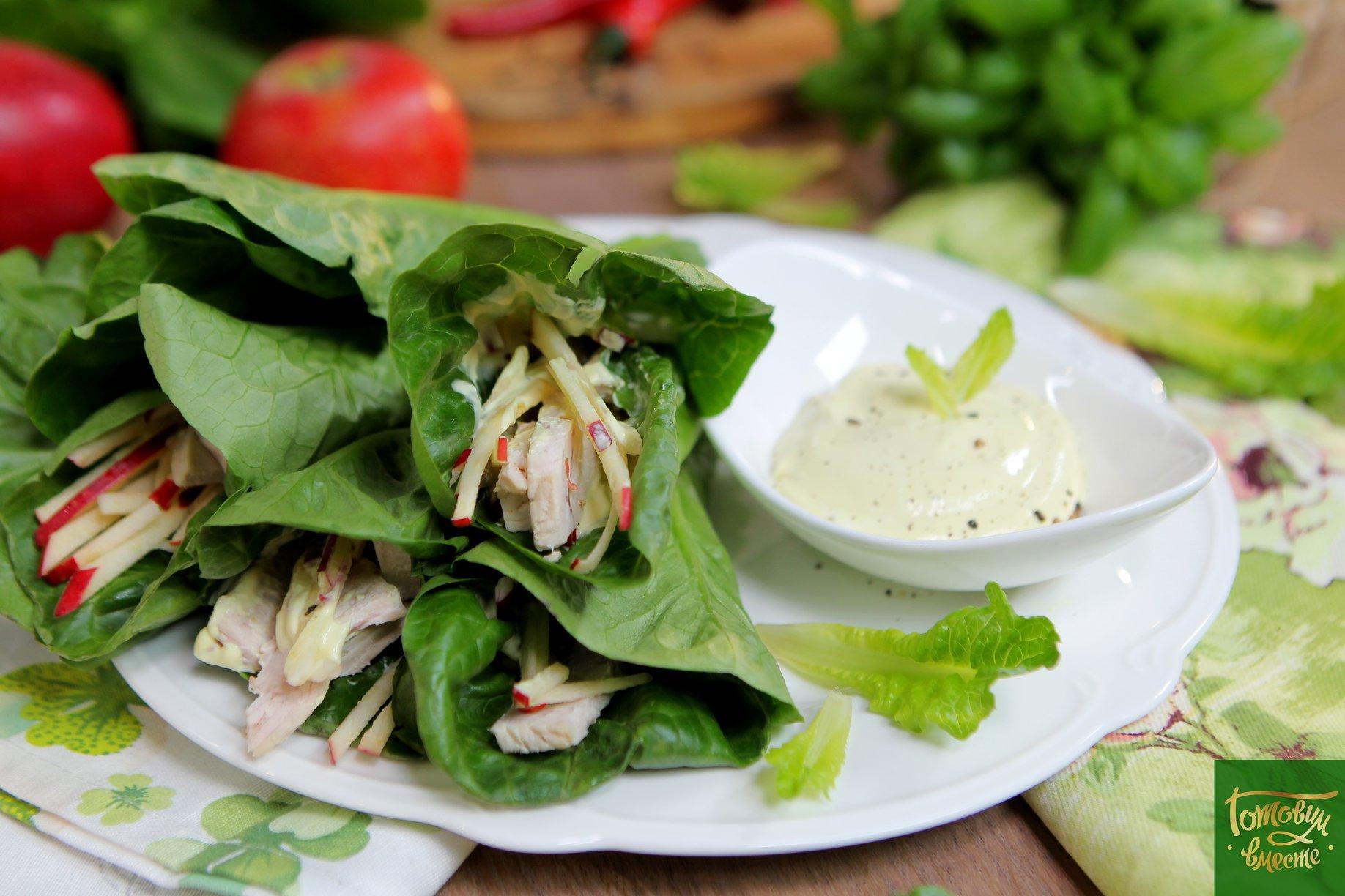 Отварная индейка с яблоком в листьях салата