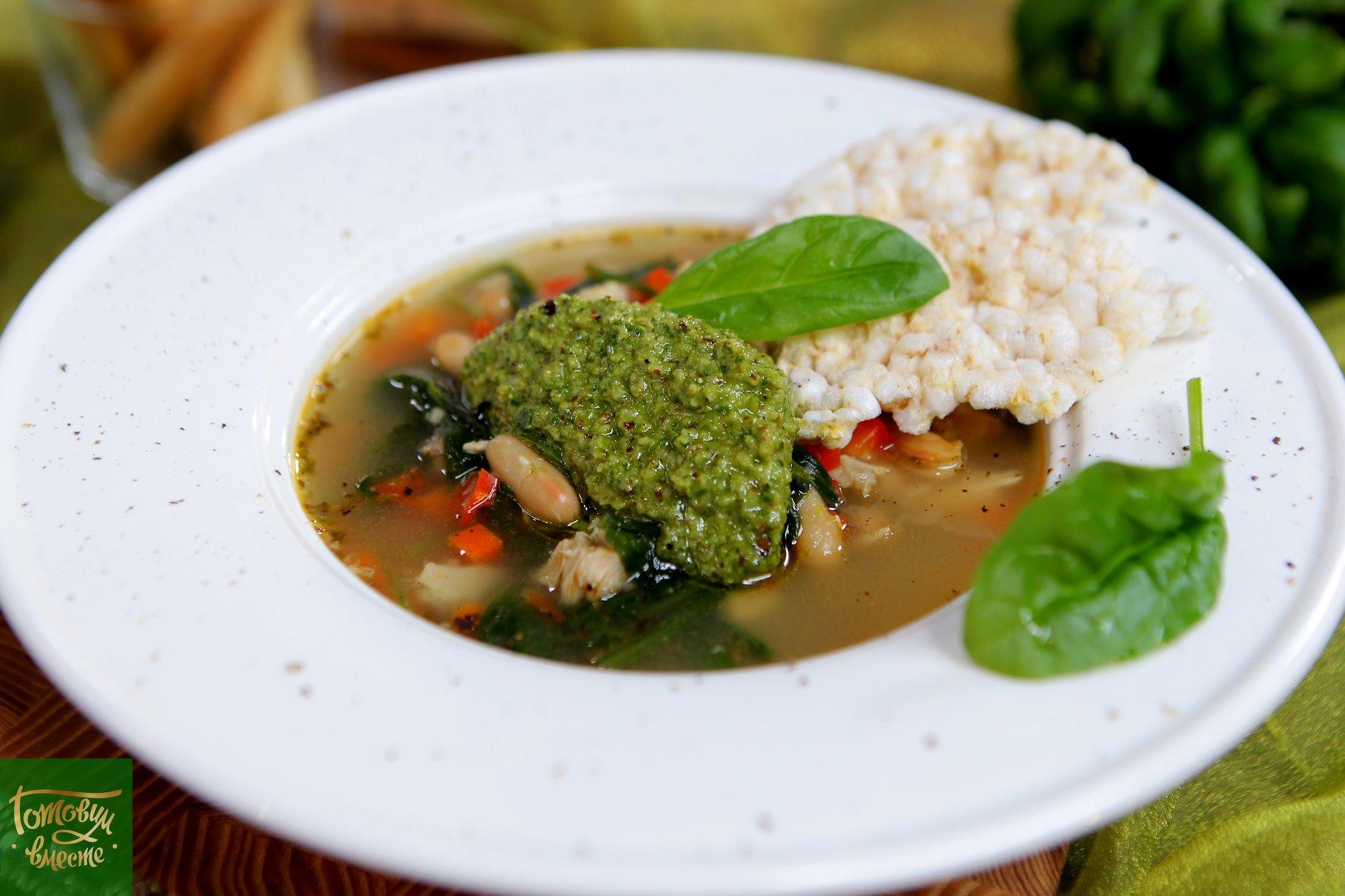 Куриный суп с фасолью и соусом песто
