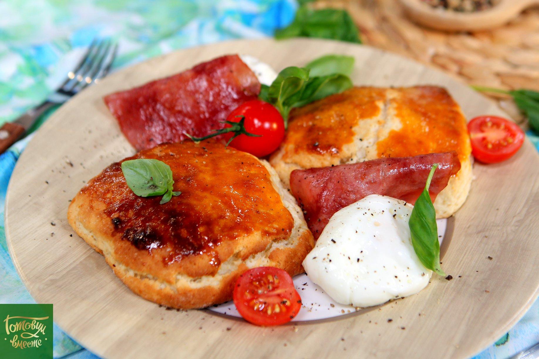 Яйца пашот с ветчиной и бисквитом
