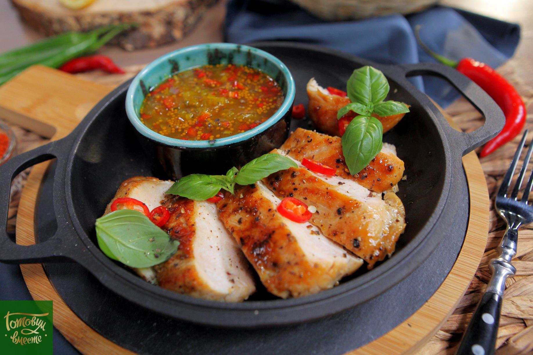 Куриная грудка с соусом релиш из кабачков