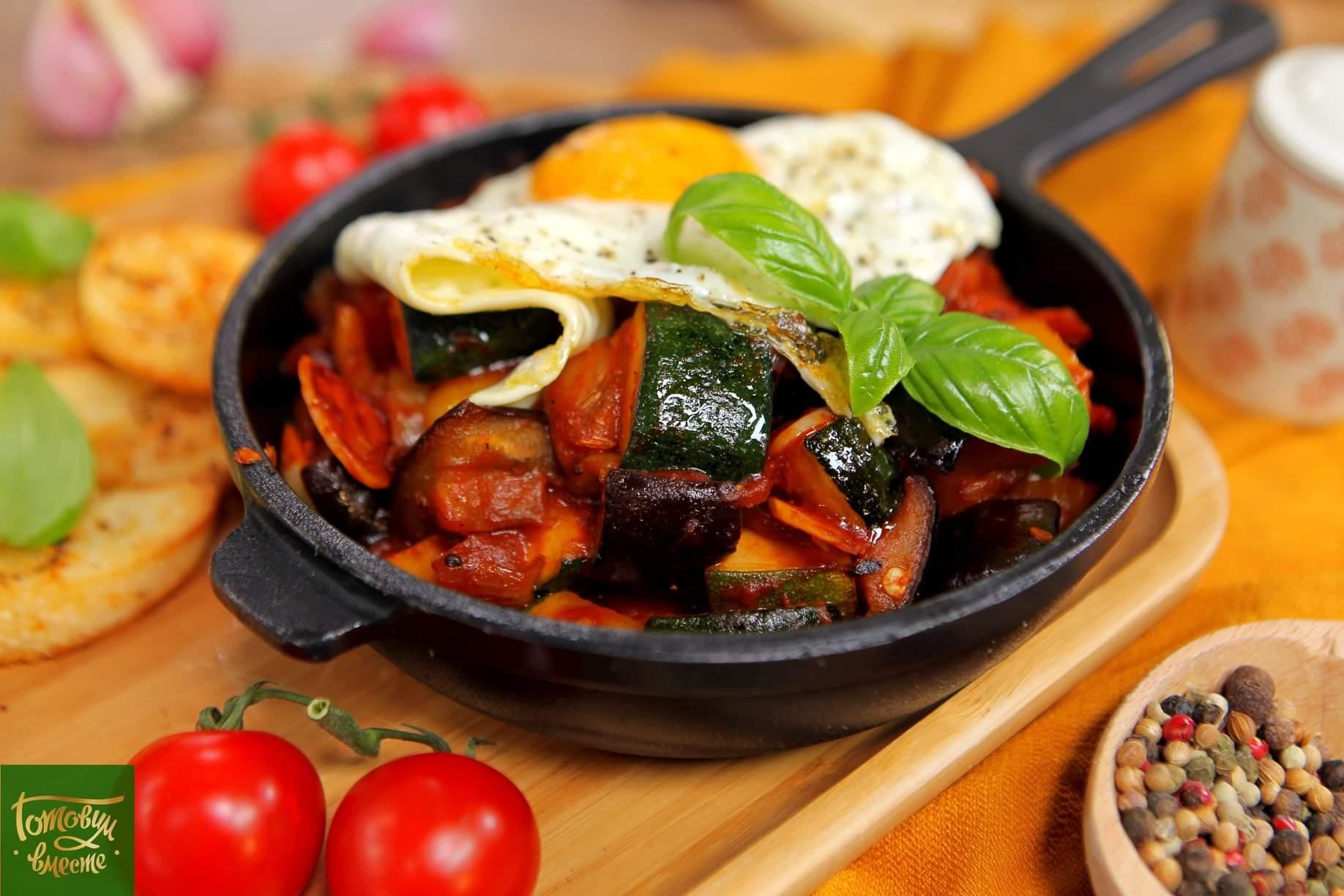 Овощное рагу писто манчего с глазуньей