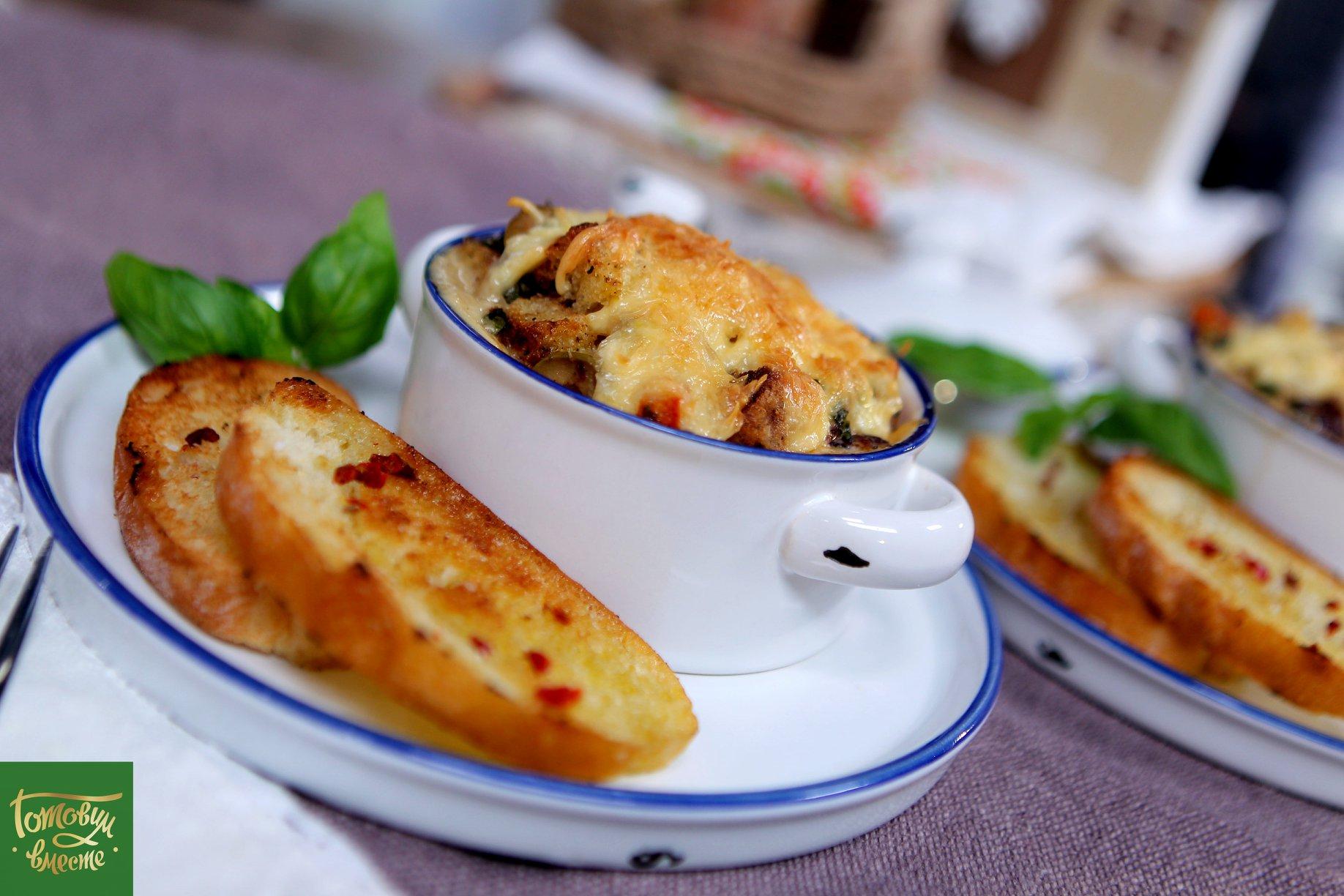 Хлебная страта с грибами и сыром