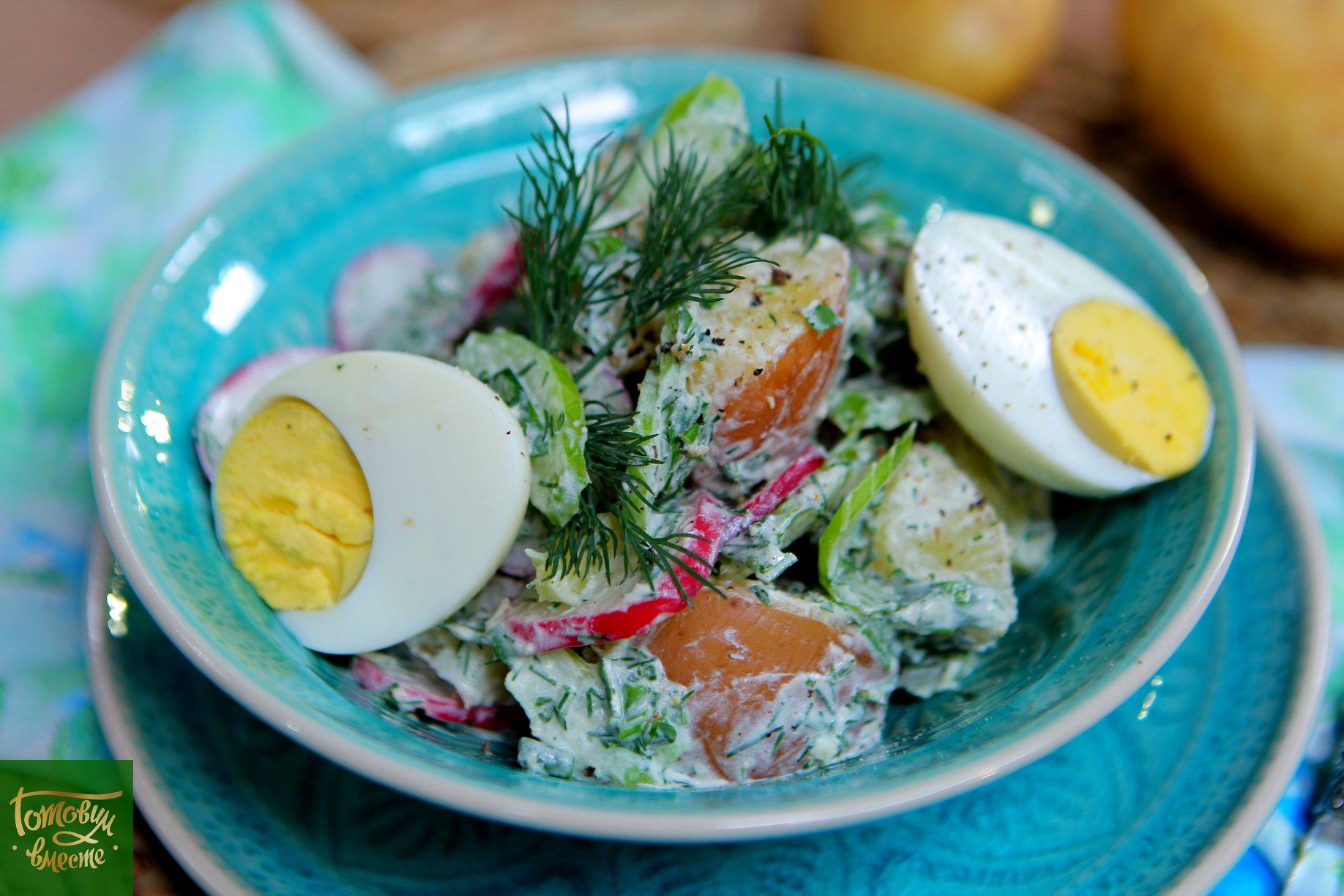 Картофельный салат с редисом, сельдереем и яйцом