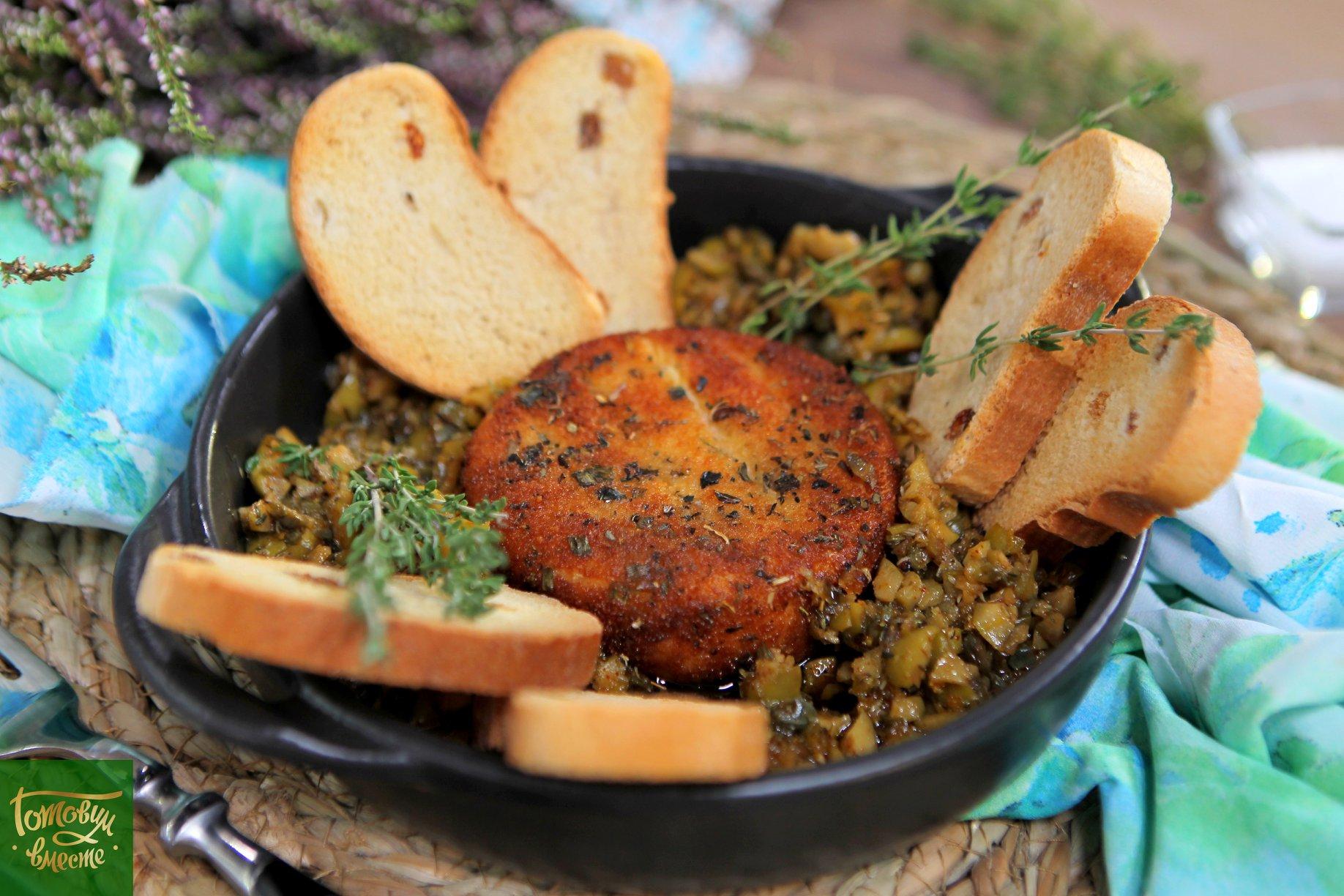Жареный сыр бри с соусом из оливок