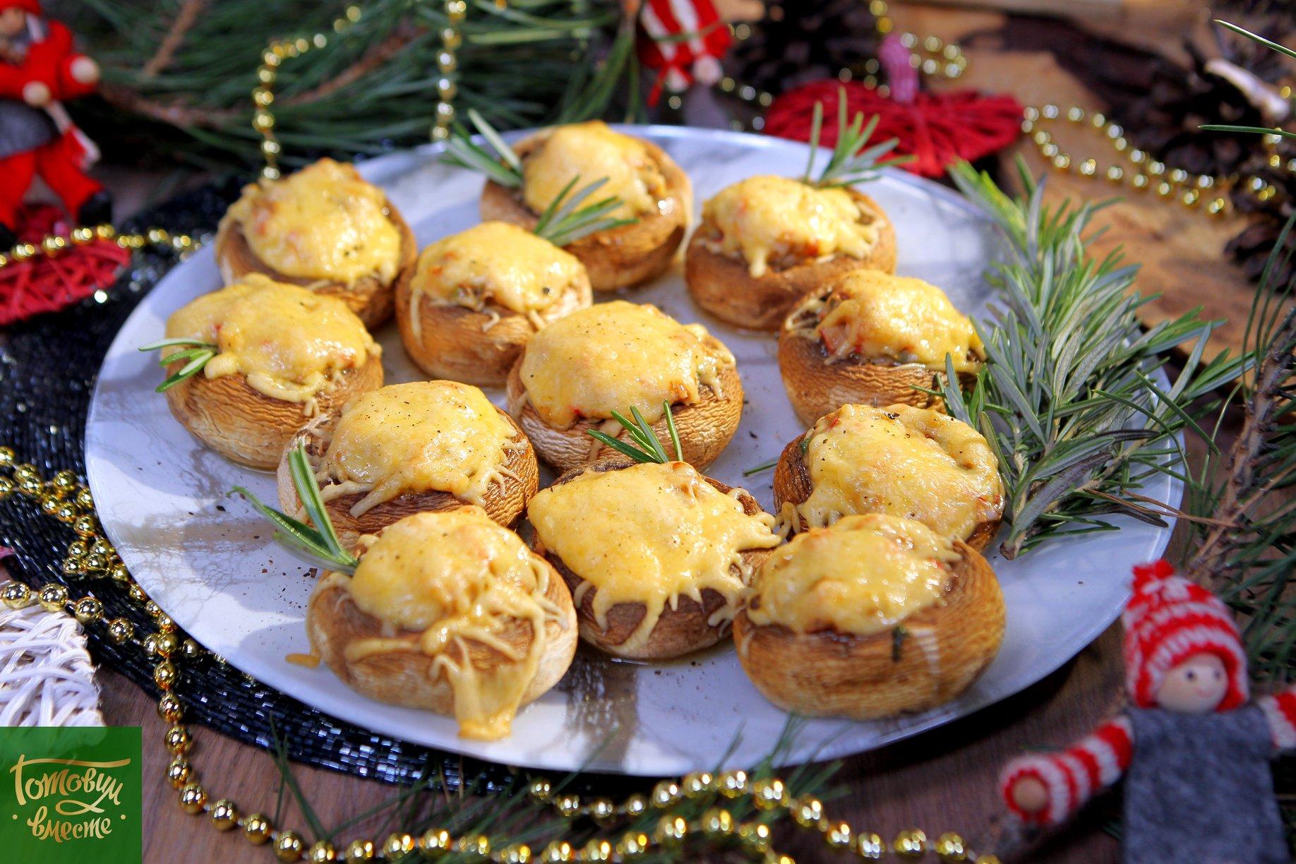 Шляпки грибов с крабовыми палочками и сыром