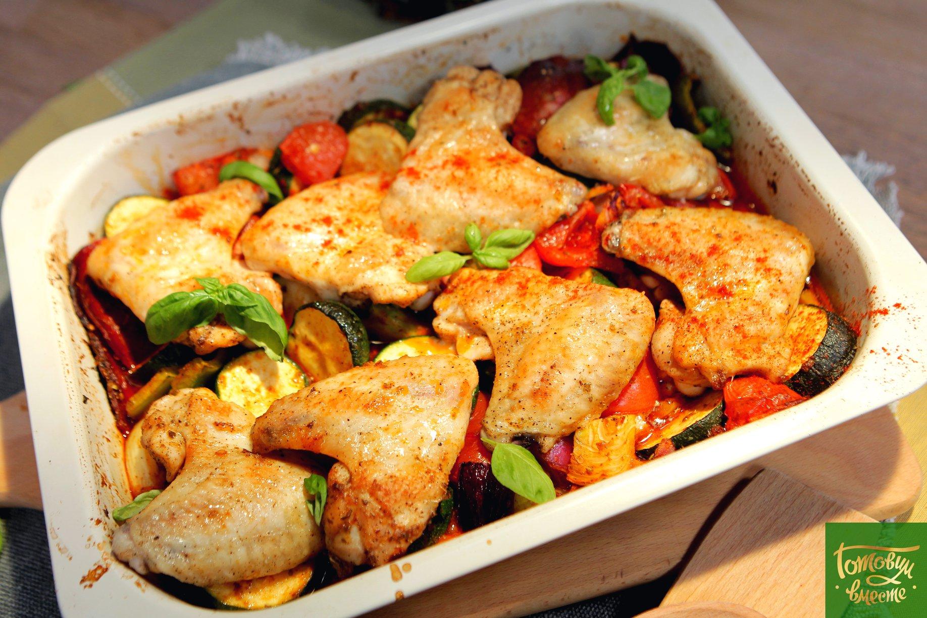 Крылья, запеченные с острыми колбасками и овощами