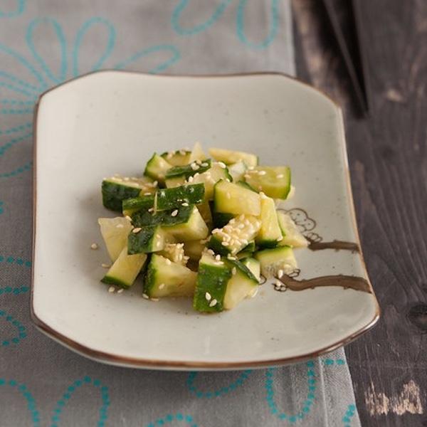 Салат из маринованного огурчика и кунжута