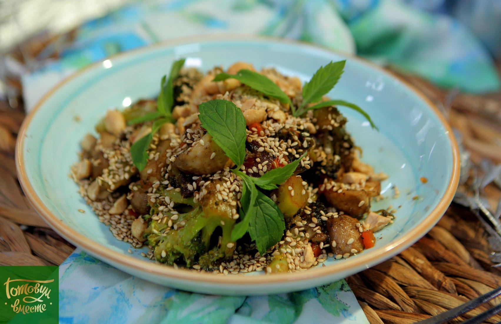 Теплый салат из брокколи и шампиньонов