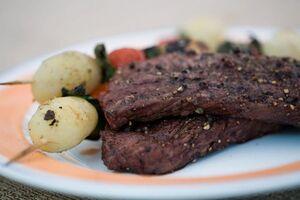 Пеппер-стейк с овощными шашлычками