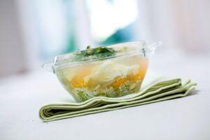 Весенний суп с яйцом и гренками с сыром