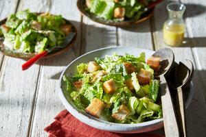 Классический салат Цезарь c анчоусами и яйцами