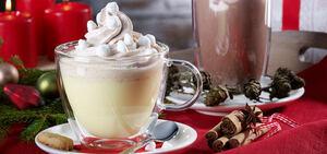 Напиток из белого шоколада со сливками и корицей