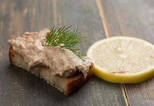 Масло с сардинами на завтрак