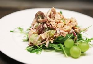 Пикантный салат с курицей и виноградом