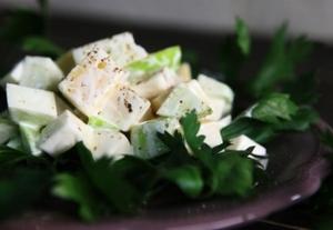 Яблочный салат с сельдереем и сыром
