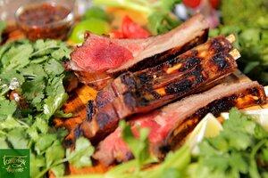 Спинка ягненка с соусом из обожжённых овощей