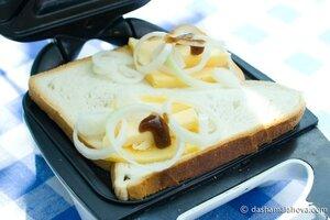 Тосты с луком, сыром и вустерширским соусом