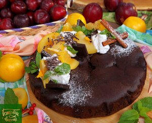 Шоколадный пирог со сливой и корицей