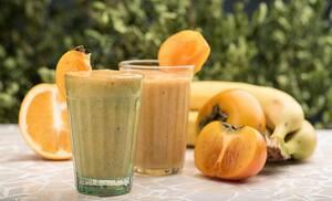 Смузи из шарона, банана и апельсинового сока