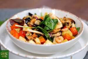 Салат из печеных корнеплодов с морепродуктами