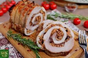 Свиной рулет с клюквой и сушеным яблоком