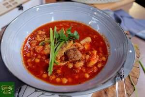 Куриные бедра в томатном соусе с нутом и беконом