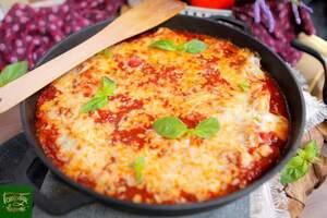 Пельмени запеченные в томатном соусе с моцареллой