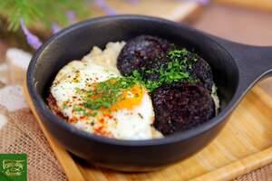 Овсянка на бульоне с кровяной колбасой и яйцом