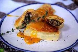 Блины с грибами под соусом Голландез