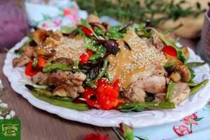 Теплый куриный салат с соусом из кешью